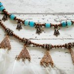 Halskette aus Metall mit Federn und Perlen - necklace made of metal with feathers and beads