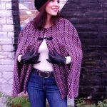 Ein Cape aus Strickstoff - a cape made of knitted fabric