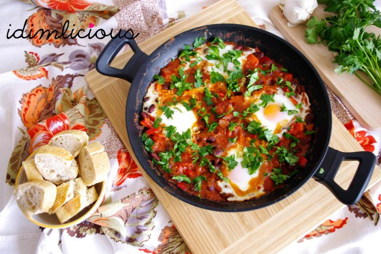 Shakshuka mit Bohnen und Petersilie - Shakshuka with beans and parsley