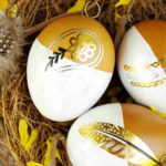 Mit Goldtattoos und Federn geschmückte Ostereier - embellished Easter eggs with gold tattoos and feathers